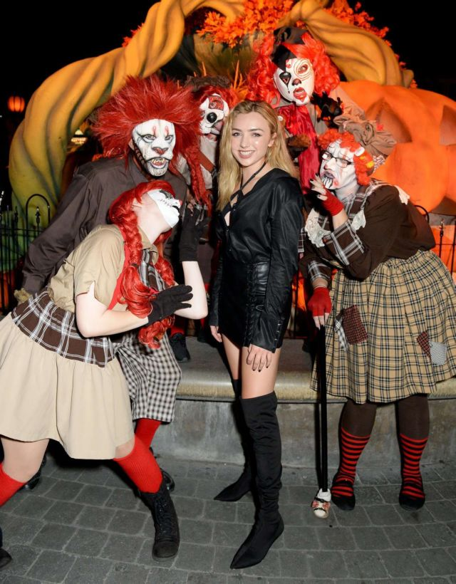 Peyton Roi List For A Photoshoot At Knott's Scary Farm In Buena Park