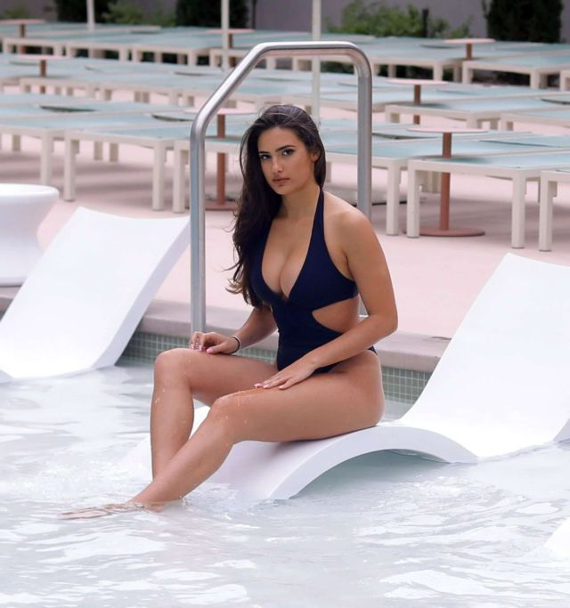 Tao Wickrath In Black Swimsuit At The Swimming Pool In Las Vegas