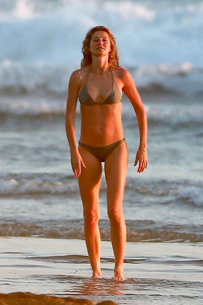 Gisele Bundchen Enjoying In Bikini On The Beach In Costa Rica