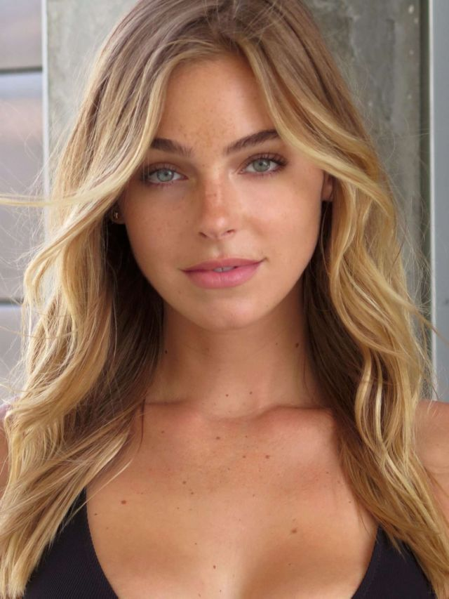 Elizabeth Turner Poses For A Bikini Photoshoot