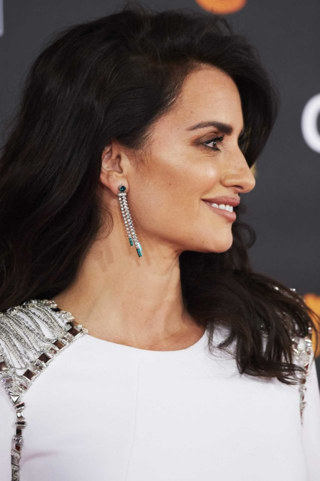 Penelope Cruz Dazzle In Versace Dress At Goya Cinema Awards 2018