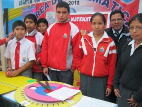 Alumnos exponiendo del área de Matemática