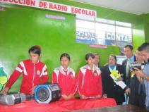 Alumnas mostrando su radio escolar