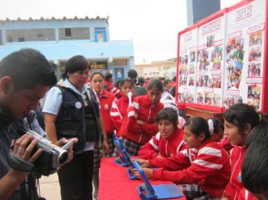 Alumnas demostrando sus aprendizajes en las Laptop XO