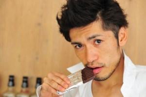 チョコを食べる