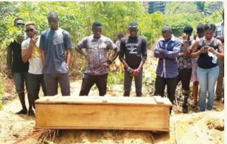 This photo, presented in accounts of the reported murder of Akinnifesi Olumide Olubunmi, previously appeared in 2015 to illustrate the funeral of a robbery victim.