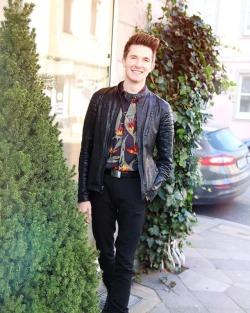 It's FRIDAY! 🕺🏼Yaaaaas ✌🏼Ich wünsche euch ein super schönes Wochenende. Ich freue mich einfach nur über die Sonne ☀️ #hammertime #weekendvibes #sonnegenießen #blogger #blogger_de #fashionblogger #mensfashion #menstyle #streetstyle #streetwear #ootd #ootdmen #fashiondiary #menwithstyle #streetfashion #casual #menswear #outfitoftheday #details #clothes #outfit #german #ltkit #lt (hier: Düsseldorf, Germany)