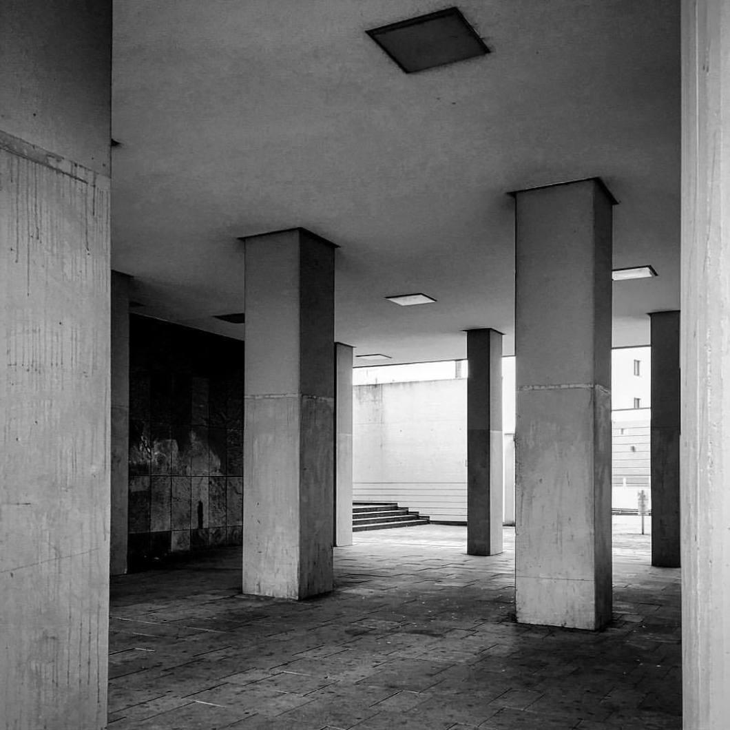 Urban tristesse. Bielefeld 2018..#photooftheday #onephotoaday #photography #photographerslife #iphoneonly #iphonography #iphonephotography #iphone6s #colorphotography #architecture #architektur #architekturfotografie #architecturephotography #reportagefotografie #streetlife #streetart #streetstyle #streetphotography #bielefeld #owl #teutoburgerwald #blackandwhite #blackandwhitephotography #monochrome (hier: Bielefeld, Germany)