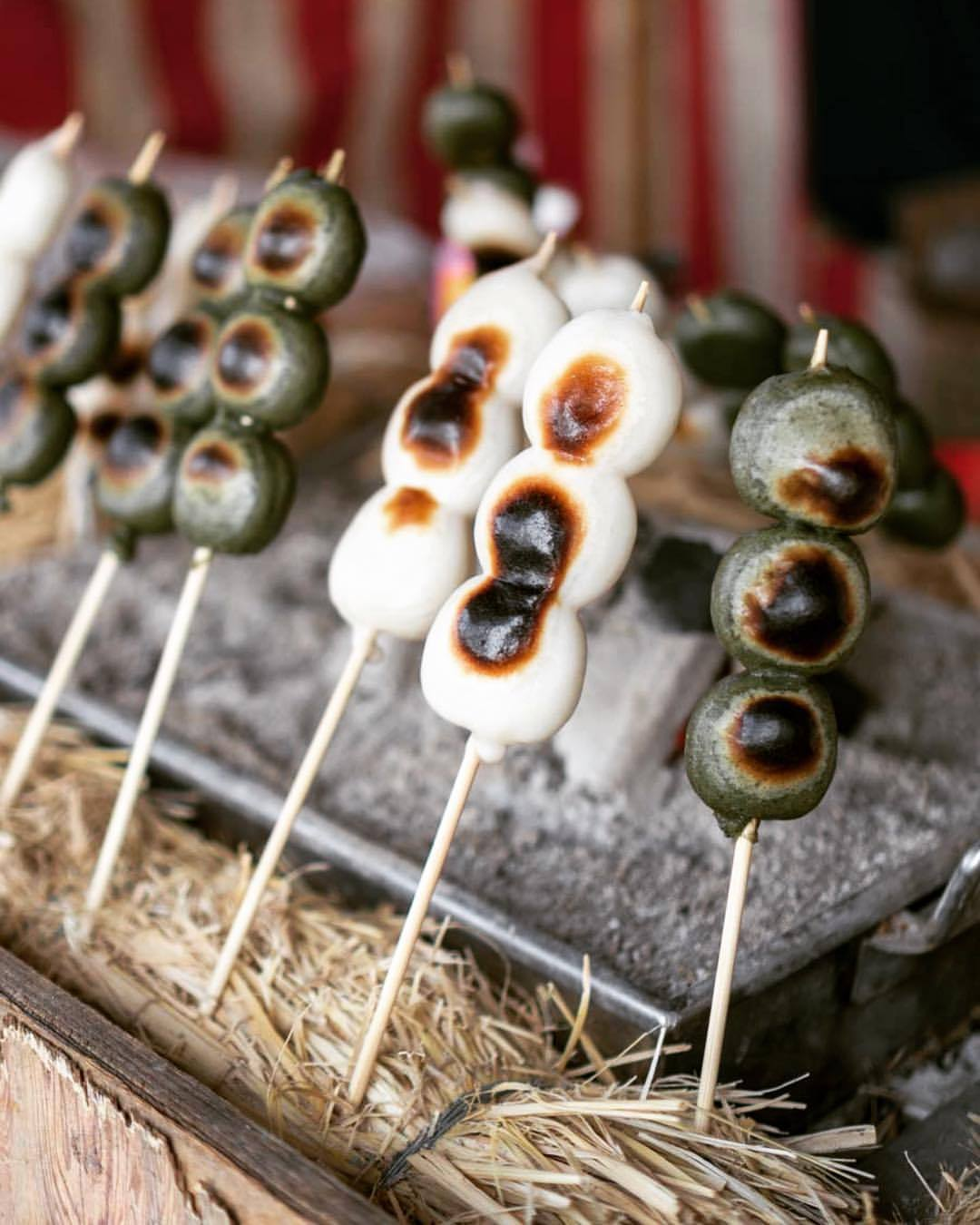 Did you ever tried grilled Dango (だんご/団子)? Spiced up with miso or soy sauce 🍡🇯🇵😋 (hier: 上野動物園 Ueno Zoological Gardens, Tokyo)