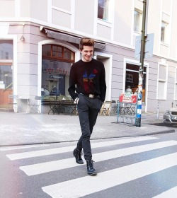 Also wenn man sich meine Top 10 Marken anschaut, ist @kenzo ganz weit vorne dabei! 🙏🏼 Ich liebe die neue Kollektion #notsponsored ♥️#blogger #blogger_de #fashionblogger #mensfashion #menstyle #streetstyle #streetwear #ootd #ootdmen #fashiondiary #menwithstyle #streetfashion #outfitoftheday #instastyle #liketkit #kenzosweater #kenzo #paris #düsseldorf (hier: Düsseldorf, Germany)