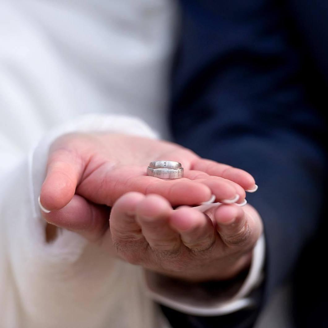 Wedding rings, 2018..#photooftheday #onephotoaday #photography #colorphotography #nikon #wedding #weddingphotography #brautpaar #bride #hochzeitsdeko #hochzeitsdeko #bridelife #photographerslife #weddingrings #weddingring #eheringe #hands #bride #groom #ehe (hier: Halle Westfalen)