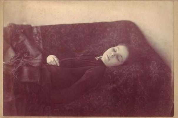 "68648dc0c3d07 Postmortem photo of ""Loana the Bloodthirster"" in 1909"