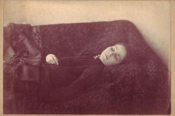 "39b0249b2 Postmortem photo of ""Loana the Bloodthirster"" in 1909"