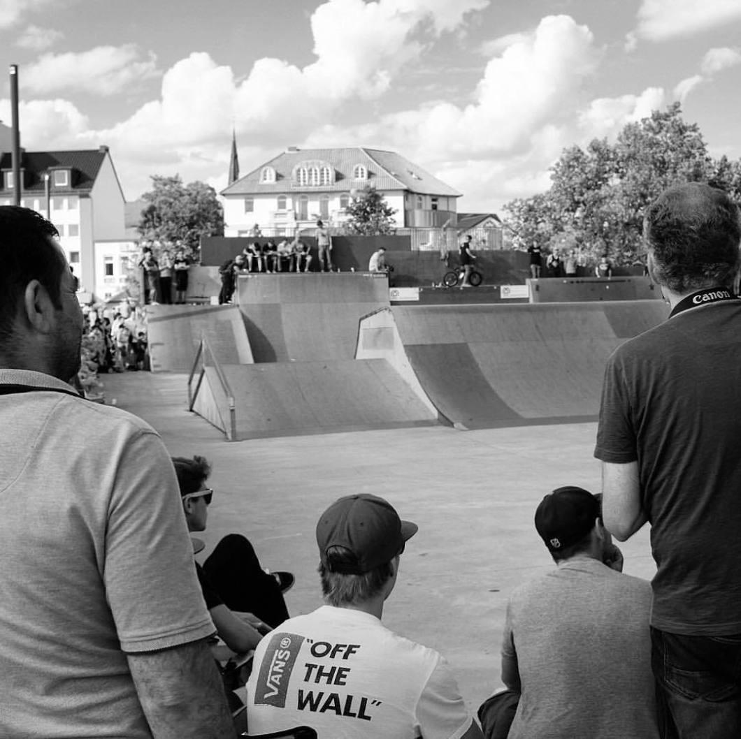 Off the wall. Skatepark Bielefeld, 2017..#photooftheday #onephotoaday #photography #fujix100t #monochrome #bwphotography #blackandwhite #blackandwhitephotography #people #peoplephotography #social #socialphotography #skater #skatepark #skateboard #halfpipe #bielefeld #kesselbrink #owl #teutoburgerwald #sport #reportage #street #streetphotography #streetart #streetstyle #hiphopblog (hier: Kesselbrink Skatepark)