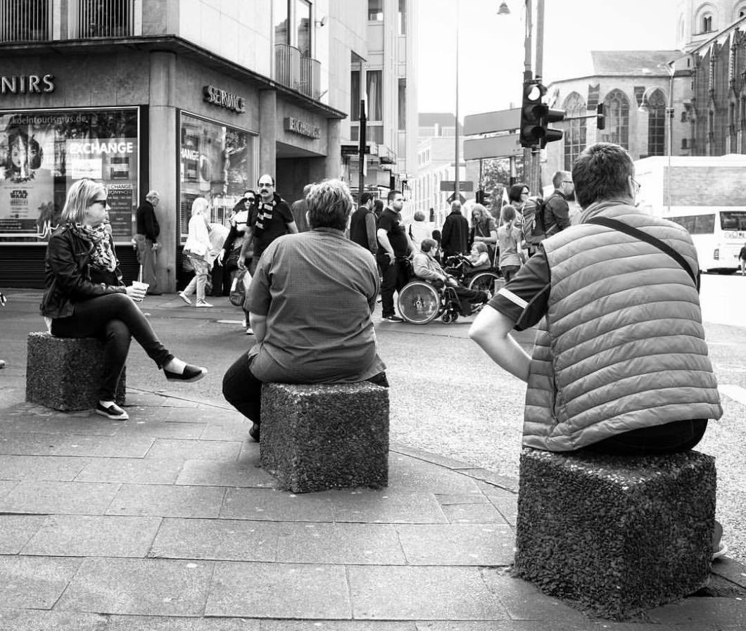 #photooftheday #onephotoaday #photography #fujix100t #bwphotography #blackandwhite #blackandwhitephotography #monochrome #monochromephotography #streetphotography #streetart #streetstyle #people #peoplephotography #social #socialphotography #xxl #big #sitting #tourist #cologne #koeln #koellefornia (hier: Cologne, Germany)