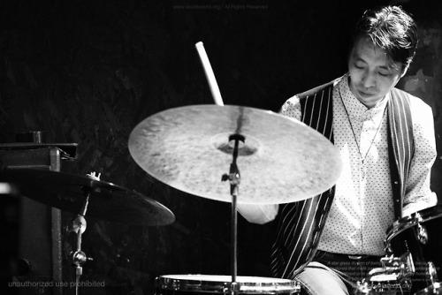 奥平真吾:drummer-OKUDAIRA, Shingo-http://www.pit-inn.com/okudaira/