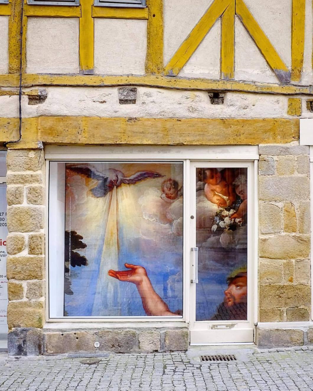 Bretagne, 2018..#photooftheday #onephotoaday #photography #fujix100t #france #bretagne #britanny #quimper #cathedrale #kirche #church #tradition #religion #catholic #christian #schaufenster #god #dove #holy (hier: Bretagne, France)