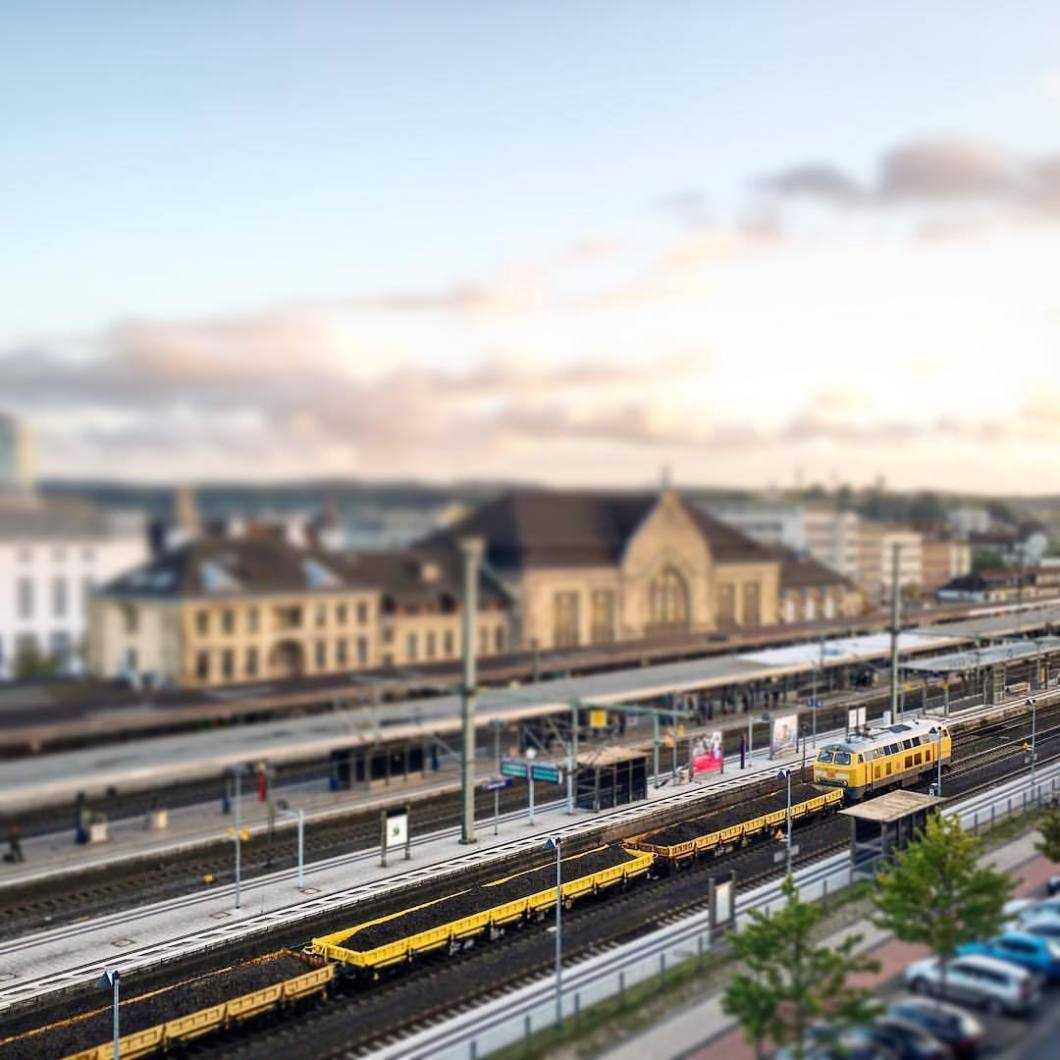 Mini-Bielefeld. 2017.#photooftheday #onephotoaday #photography #iphone #iphonography #iphoneonly #iphonephotography #iphone 6s #bwphotography #blackandwhite #blackandwhitephotography #monochrome #streetphotography #streetart #reportage #city #bielefeld #owl #teutoburgerwald #architecture #architektur #architecturephotography #architekturfotografie #city #bahnhof #train #railway #deutschebahn #miniatur #mini #tiltshift (hier: Bielefeld Hauptbahnhof)