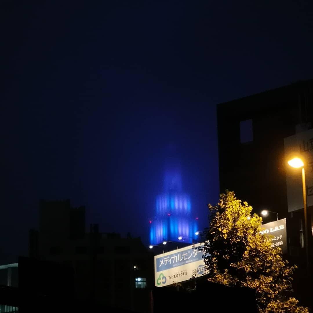 雨に煙ってちょっと迫力ある姿のドコモタワー。 (NTT Docomo Yoyogi Building)