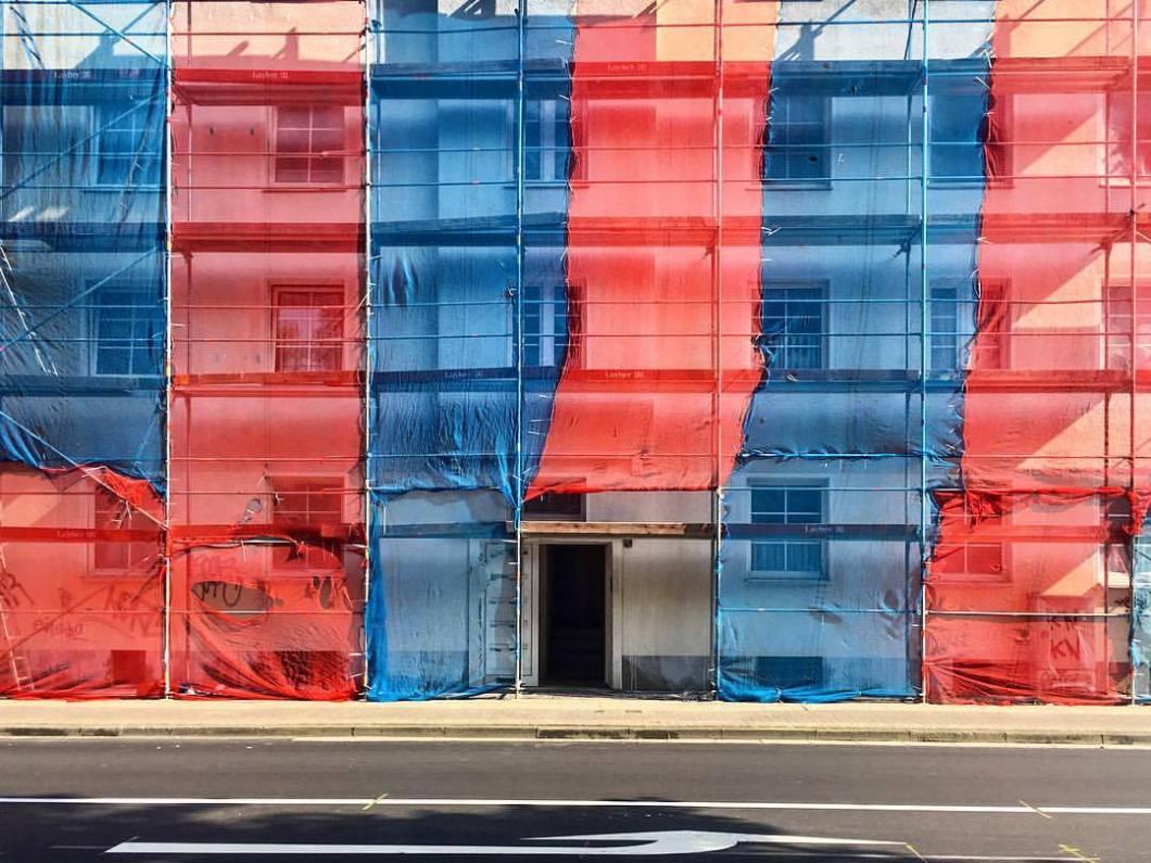 Bielefeld, 2018.##photooftheday #onephotoaday #photography #photographerslife #iphoneonly #iphonography #iphonephotography #iphone6s #colorphotography #farbfotografie #architecture #architektur #architekturfotografie #architecturephotography #streetlife #streetart #streetstyle #streetphotography #fassade #bielefeld #owl #meinbielefeld #bielefeldjetzt #underconstruction #building #baustelle #red #blue #constructing #colors (hier: Bielefeld, Germany)