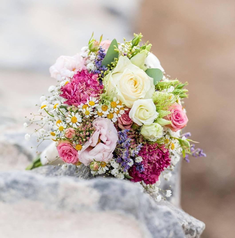 Wedding bouquet, 2017..#photooftheday #onephotoaday #photography #colorphotography #nikon #wedding #weddingphotography # #brautpaar #bride #bouquet #weddingbouquet #bridalbouquet #flowers #blumen #blumenstrauß #hochzeitsdeko #brautstrauß #bridalbouquet #vintagewedding #vintageflowers #hochzeitsblumen #hochzeitsdeko #bridelife #photographerslife (hier: Rolandsbogen)