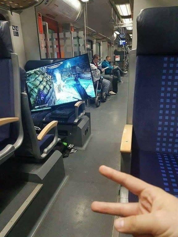 Jugando a la play en el tren