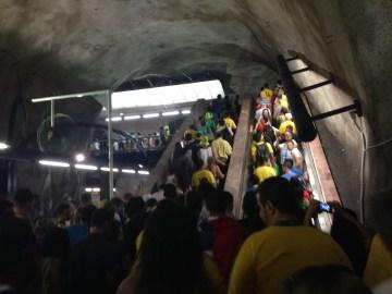 試合開催時の地下鉄はサポーターで大混雑