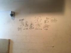 店内壁には有名人のサイン