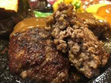 肉は粗挽き