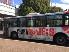 駅からはラッピングバスが運行