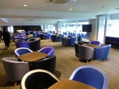 VIPエリアは青黒の椅子