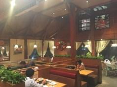 天井の高い木づくりの店内