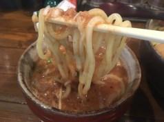 細かく刻んだつけチャーシューが麺と絡む