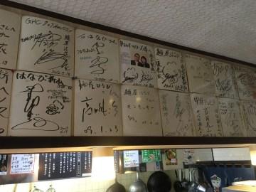 店内には有名人のサインがずらり