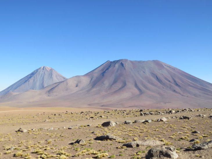 Vulcões Licancabur (esquerda) e Juriques (direita)