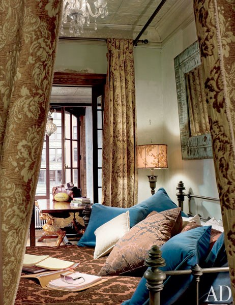 dam-images-homes-2010-05-gerard_butler-gerard-butler-09-bedroom