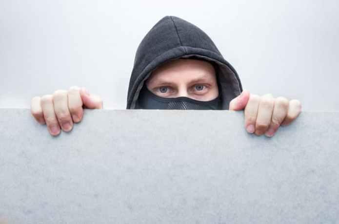 Грабители связали скотчем продавца и украли пустой сейф