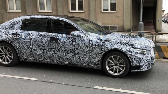 Новый Mercedes S-Class заметили на улицах Праги