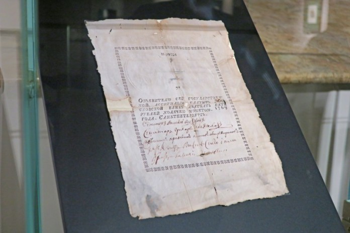 В России введены первые бумажные деньги – ассигнации