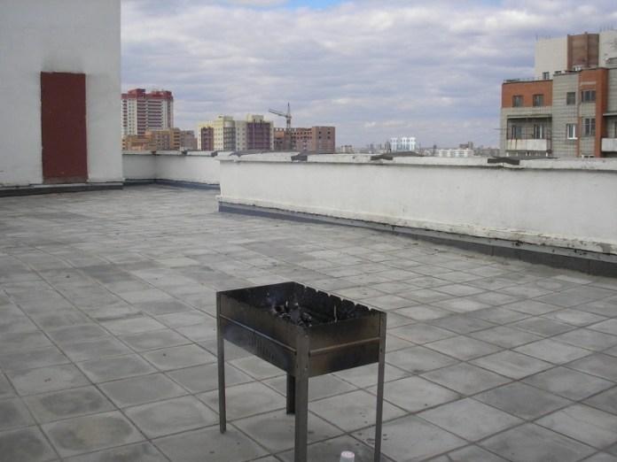 Житель Красноярска пожарил шашлыки на крыше многоэтажки