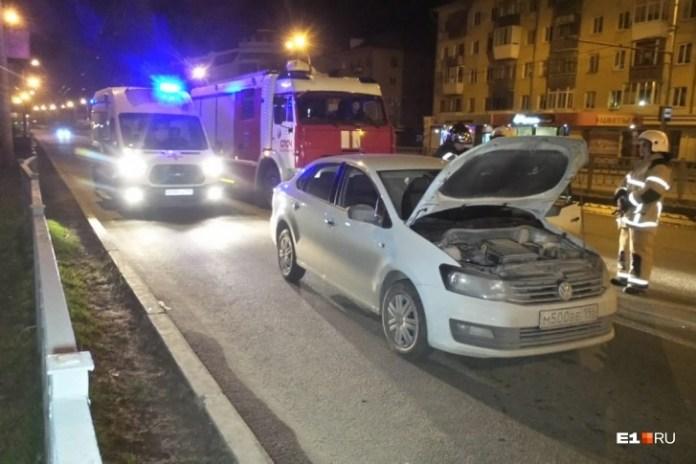 В Екатеринбурге неадекватный таксист проткнул машину ножами