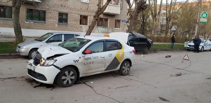 Соцсети: в Рязани таксист врезался в стоящий автомобиль