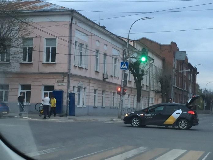 В центре Рязани курьер «Яндекс.Еды» попал под колёса «Яндекс.Такси»