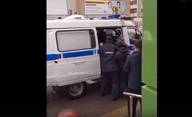 Полицейские жёстко задержали мужчину без маски