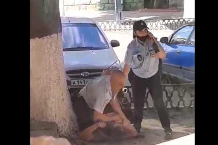 Жители Брянска помогли полицейскому задержать двух агрессивных мужчин