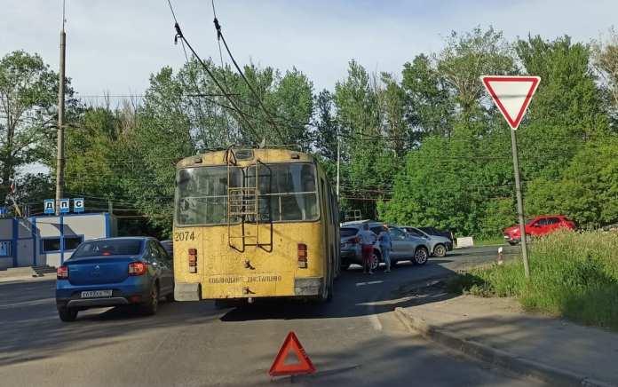 В Рязани столкнулись троллейбус и иномарка