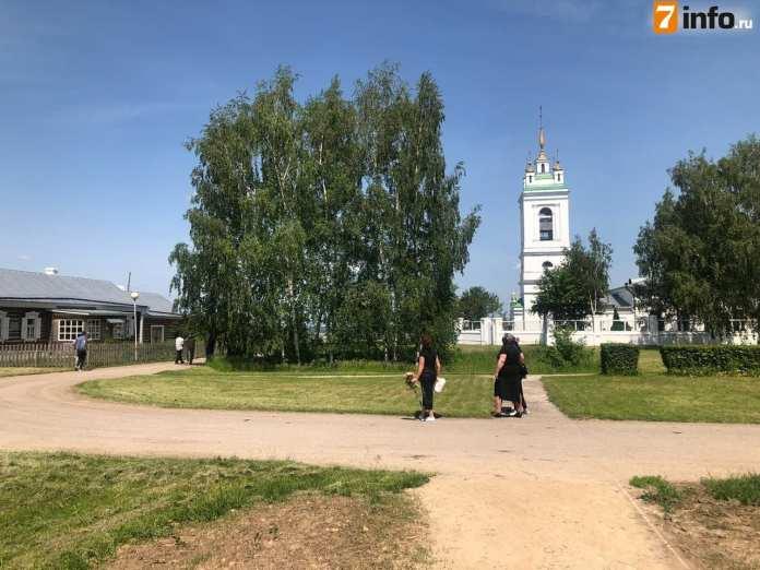 У церкви в Константинове собирается народ для прощания с погибшим в ДТП с актёром Ефремовым