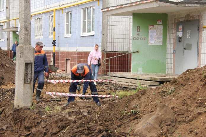 Елена Сорокина проконтролировала ремонт двора на улице Бирюзова