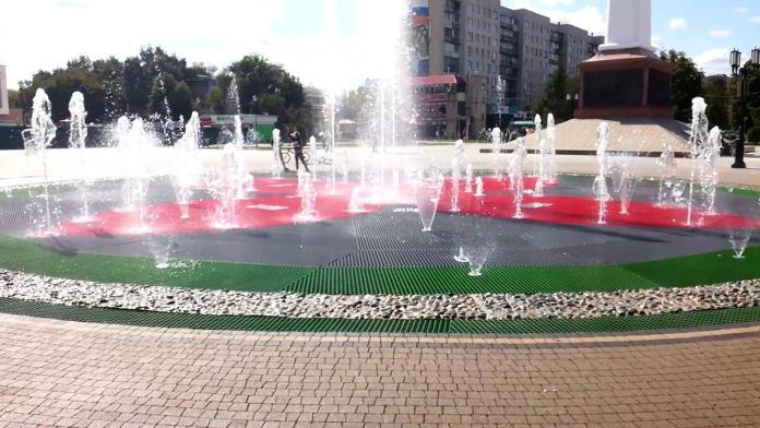 Светомузыкальный фонтан на Московском шоссе в Рязани включили