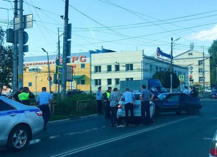 В центре Рязани попал в ДТП автомобиль ДПС